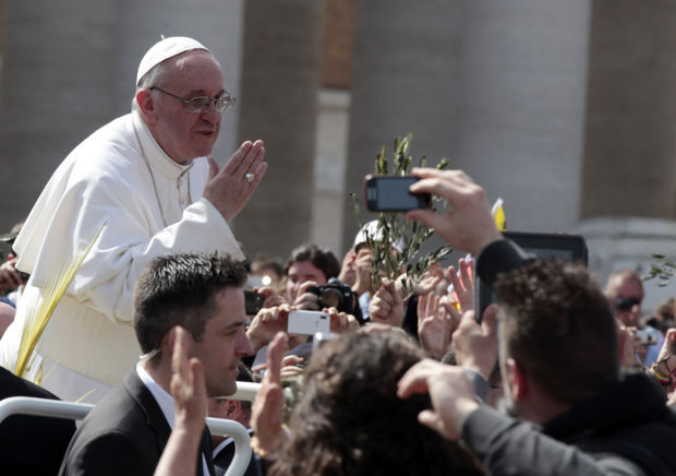 Pope conveys Palm Sunday message of hope to crowd of 250,000