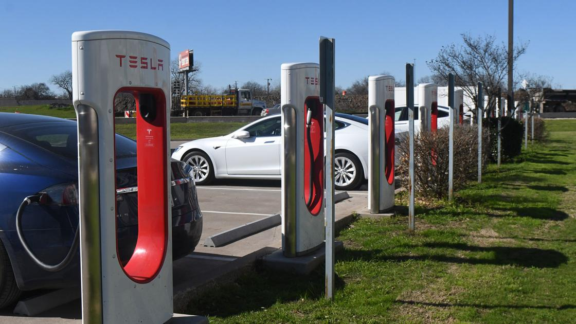 1st Tesla auto techs graduate from TSTC Waco