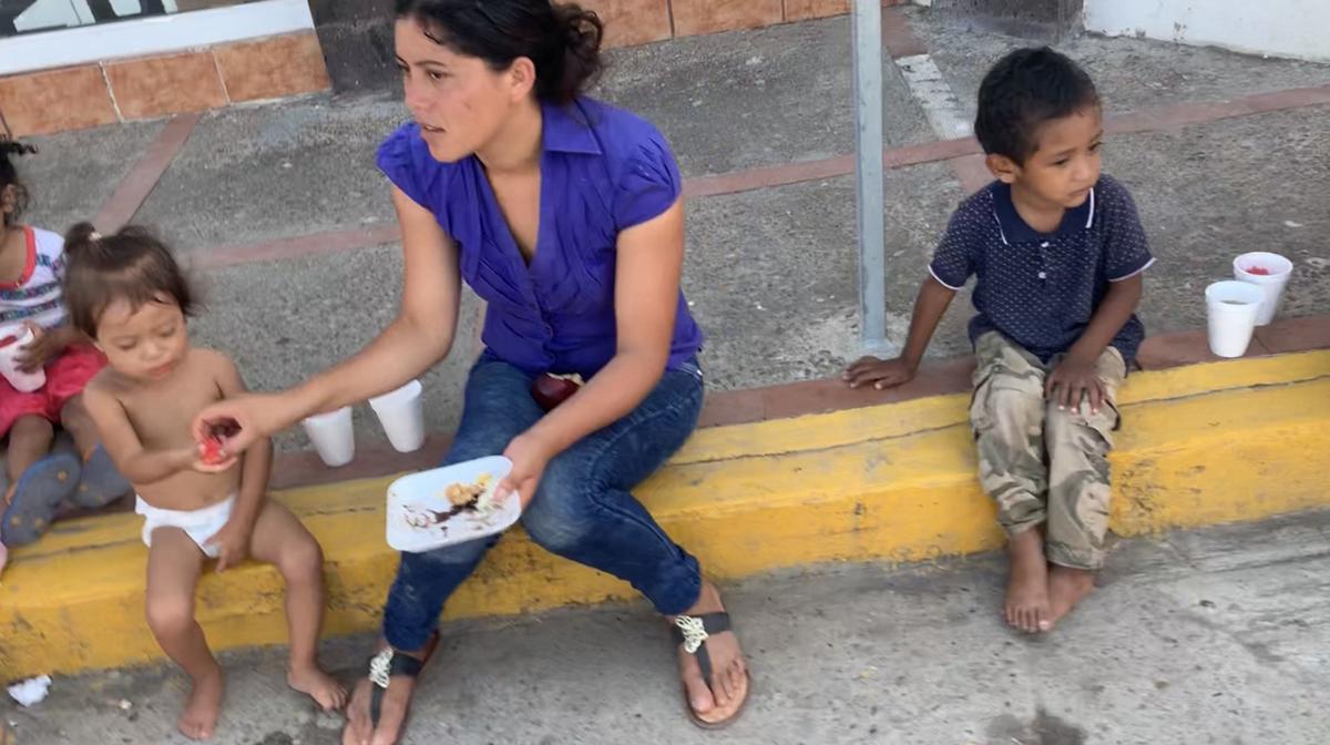Matamoros-kids-curb-091419-2.jpg
