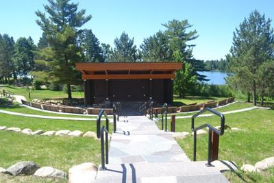 he new amphitheater is situated along the shore of Lake Itasca and seats more than 300 people with its bench seating and open grassy areas for lawn chairs and blankets.
