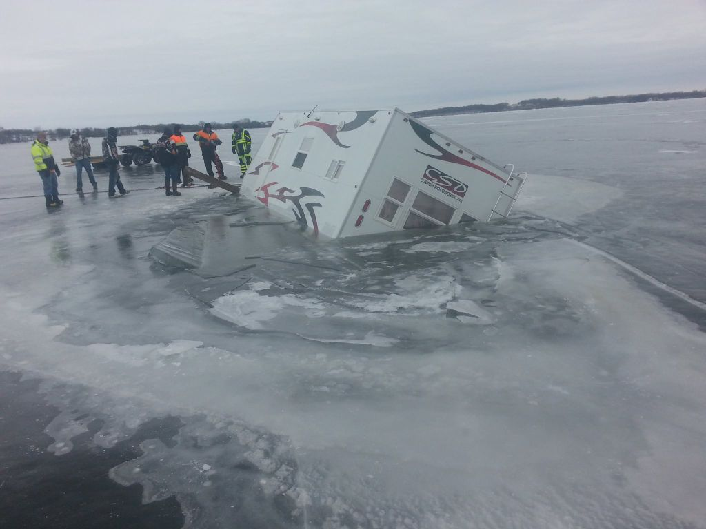 Fish house goes through ice on lake minnetaga news for Ice fishing guides minnesota