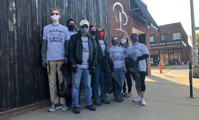 WSU and SMU alumni gather to clean up downtown Winona