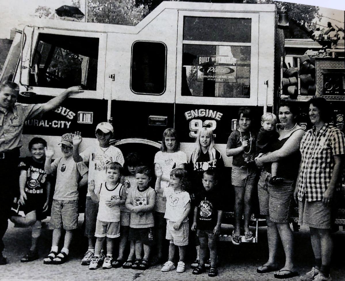 2001 Chris Lyons con el personal y los estudiantes de la guardería Golden Rule